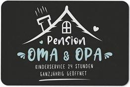 Tassenbrennerei Fußmatte mit Spruch Pension Oma & Opa Kinderservice 24 Stunden Ganzjährig geöffnet - Geschenk Türmatte lustig für innen & außen, waschbar - Deutsche Qualität (Oma & Opa) - 1