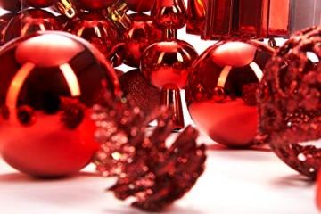 Brubaker 101-teiliges Set Weihnachtskugeln mit Baumspitze Rot Christbaumschmuck - 8